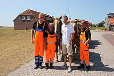 Kai Pflaume mit Mitarbeitern der Müllabfuhr auf Baltrum