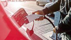 Ein Mann verbindet ein Elektrofahrzeug mit der Ladestation