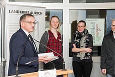 Landrat Olaf Meinen mit Mitarbeitern des Medienzentrums