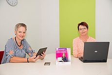 Bild von zwei Mitarbeiterinnen der Koordinierungsstelle