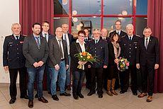 Bild einer Gruppe um Feuerwehrmann Enno Menssen