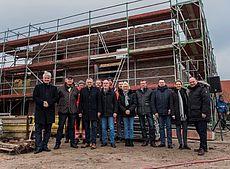 Gruppe vor dem Neubau der Rettungswache auf Juist