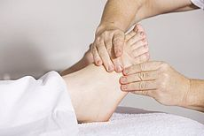 Bild eines Fußes und zwei Händen
