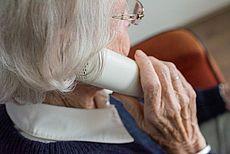 Symbolhaftes Bild einer älteren Frau am Telefon
