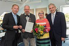 Reinhard Bildhauer mit Frau neben Harm-Uwe Weber und Friedrich Völler