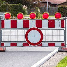 symbolhaftes Bild einer Straßensperre
