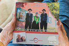 Coverseite des Seniorenwegweisers