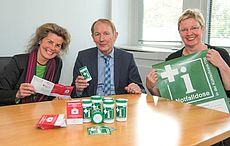 Mitarbeiter des Landkreises und Harm-Uwe Weber mit der Notfalldose