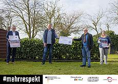 Scheckübergabe. Personen v.l.n.r.: Landrat Olaf Meinen, Vereinsvorsitzender Jörg Rüterjans, Jörg Köhler von Aurich zeigt Gesicht e. V. und  Anja Schmelz von Herzkinder Ostfriesland e. V.