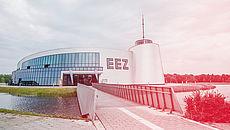 Foto eines futuristischen Gebäudes (EEZ Aurich)