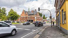 Straßenkruezung mit Autos und Fußgängern in Aurich