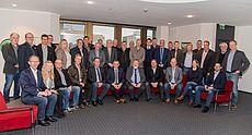 Gruppenfoto mit Landrat Olaf Meinen und Vertretern der Entwässerungsverbände und Deichachten