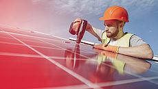Arbeiter montiert ein Solarpanel