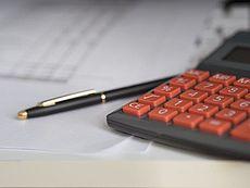 Bild von Taschenrechner und Stift