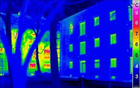 Bild eines Hauses, das mit einer Wärmekamera gemessen wurde